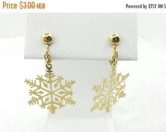 Avon Snowflake  Clip earrings Mint Condition  Delicate flakes Seasonal  1982