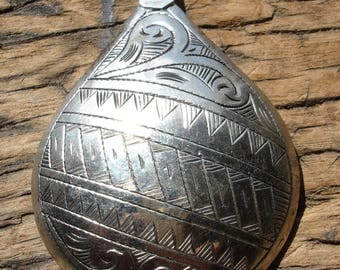 Hollow Moroccan large cushion engraved round  pendant  bead  with  diagonal  line