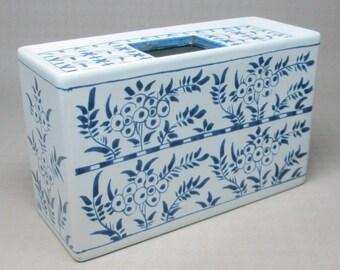Williamsburg pottery flower frog vase / block , Delfts Holland