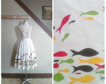 20% OFF / Light on the Sea 1950s White Cotton Piqué Skirt with Red/Yellow/Green/Black Fish/Novelty/Border Print