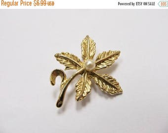 ON SALE Vintage Faux Pearl Floral Pin