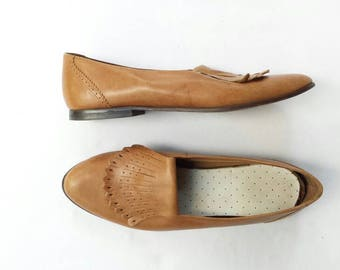 Vintage 90s Tan Leather Fringe Slip on Loafers Womens Perforated Preppy Shoe Casual Brown Flats Work Nine West 8.5 M 8 1/2 Women