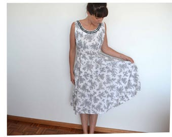 Vintage  50s / 60s black and white floral cotton summer dress with rick rack trim - Vintage clothing - vintage dress