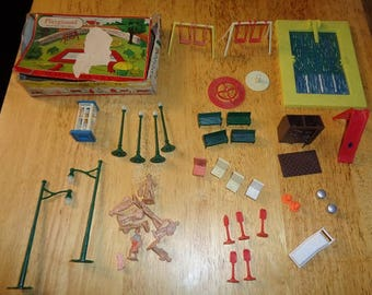 Plasticville park pool,lawn chairs,& other details for Lionel,American Flyer, Marx train tables