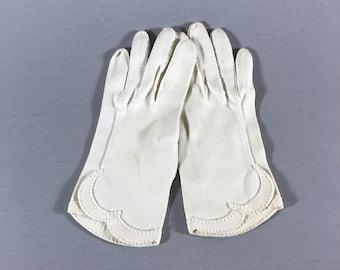 LADIES KID GLOVES, Vintage ladies gloves, short white gloves, elegant gloves, gloves with scallops, dressy kid gloves, white accessory