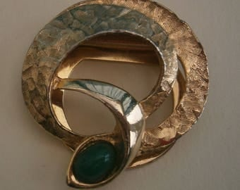 D167) A lovely vintage gold tone metal abstract green glass serpent like brooch scarf clip