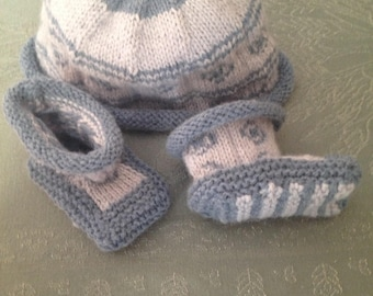 Together baby booties and hat with no seams