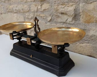 Industrial French antique / vintage 'Force 5' grocer scales in black and brass, kitchen scales circa 1900s.