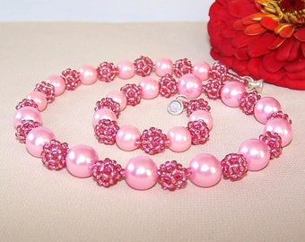 Beaded necklace. Pink. Necklace with a magnetic clasp.
