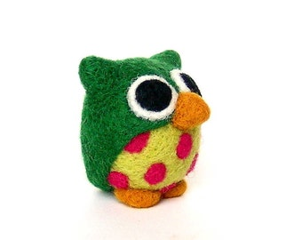 Green owl with fuchsia dots. Needle felted figurine