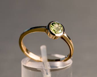 Ring 585 with Topaz or peridot in Zargenfassung