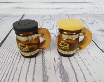 Vintage Cute Barrel Salt and Pepper Shakers Beer Stein Tank Tankard Shaped Rustic Kitchen Plastic Farmhouse Decor Novelty Fun Gift