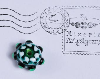 Green and white patterned bead