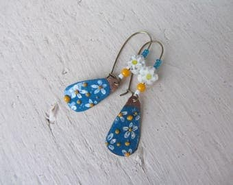 Earrings dangling bucolic and spring flowers, Daisy, copper enamel, blue, yellow and white charm