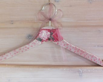 wood hanger painted: pink collar, pink and white flower.