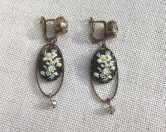 Stud Earrings with Cameo, model Camellia, black color.