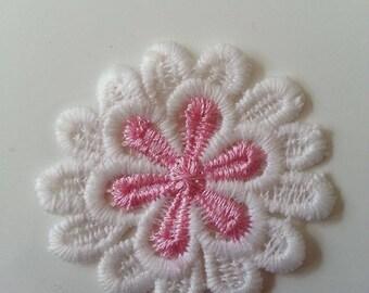 fleur en dentelle   blanc et rose 50mm