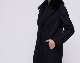 Dark blue coat with dark blue faux fur collar / Warm winter coat with front buttons / Classic coat with pockets / Short fitt coat for women