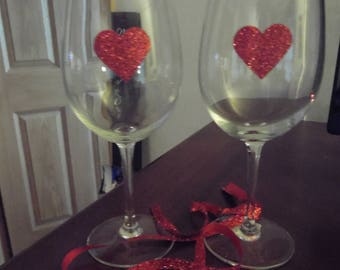 Set of 2 Long stemmed wine glass with red hearts
