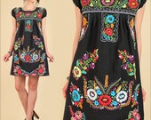 ViNtAgE 70's Mexican Embroidered MiNi Dress // Tunic Floral Cotton Puebla Style // Artisan Made Summer HiPPiE Flowers // Small Medium S / M