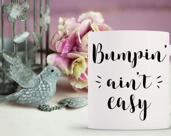bumpin' ain't easy mug // pregnancy gift // baby bump // mug for pregnant woman // new mom gift // mom coffee mug // does this belly make me