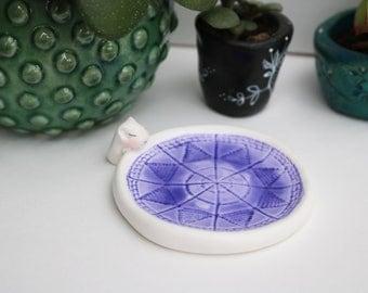 petite coupelle blanche et bleue impression dentelle repose bague et son petit hamster licorne endormi