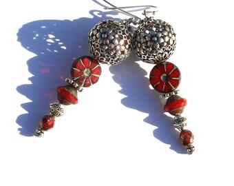 Boucles d'oreilles bohèmes, bijou rouge argenté verre tchèque fleurs boho ethno chic gipsy unique ooak
