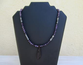 Necklace with feathers in amethyst and bone