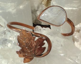 Handmade celtic style copper bracelet with leave and stone.