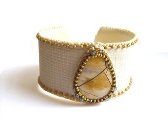 Bracelet jaspe et cuir brodé de perles grande taille