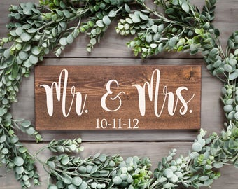 Mr and Mrs sign Mr Mrs Wedding sign Mr and Mrs wedding Bride and Groom sign Wedding date sign Wood wedding sign Mr Mrs table sign Newlyweds