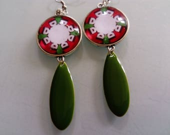 earring cabochon green and Red ethnic pattern