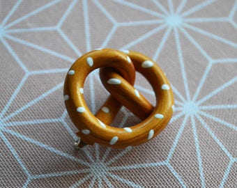Fimo pretzel brooch - polymer clay pretzel - olymer clay brooch - fimo broch - Alsacian gift - Alsacian present