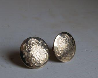 1970s silver screw on earrings/ 1970s round carved earrings/ vintage earrings