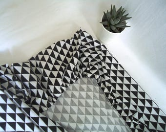 Black and white triangles fitted sheet, Cot 60x120cm