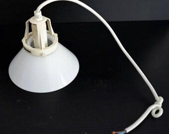 Vintage Zweeds hangende lamp glas om en om arceren 'Schoenmaker lamp'.