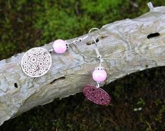 Boucles d'oreilles pendantes - Rose clair - Connecteur à fleurs et perle en verre Rose clair brillant