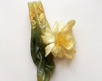 1920s old urea plastic off-white flower brooch