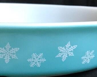 1-1/2 Quart Pyrex Divided Casserole, snowflake pyrex, garland pyrex, pyrex serving dish, snowflake, garland, pyrex, white on turquoise