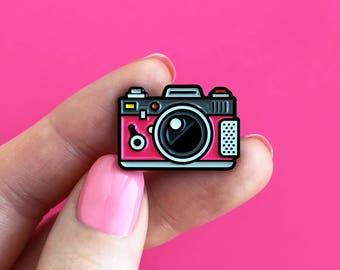 Camera purple, enamel pin