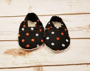 Polka Dot Baby booties Halloween baby booties Fall baby shoes Halloween baby shoes baby booties Baby crib shoes Baby Moccs baby shoes