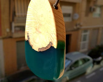 This exquisite resin&wood necklace is made from almond wood and Emerald resin, handmade work