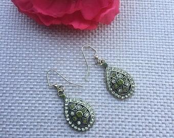 Green earring,gold earring,pierced earring,earring,earrings,gold jewelry,jewelry,dangle earring,gold and green earring