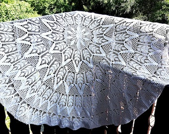 Round Crocheted Tablecloth, Vintage Handmade Tablecloth Diameter 50 Inches