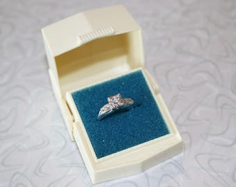 Beautiful Vintage Engagement Ring in White Gold With Celluloid Ring Box