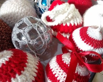 Christmas balls made of crochet in various colors and sizes.