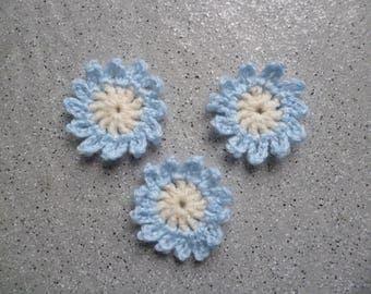 Lot de 3 Fleurs au crochet réalisées à la main en laine couleur bleu ciel et écru