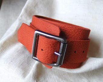 Red grained leather buckle bracelet