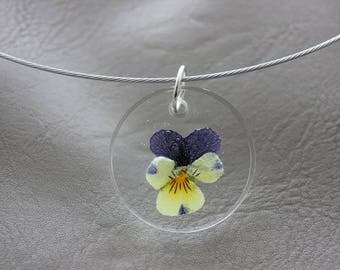 Round neck + pendant 3 cm resin and dried flower Pansy purple/yellow round