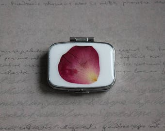 Pill box or small rectangle box, 2 compartments in resin and dried Rose Petal